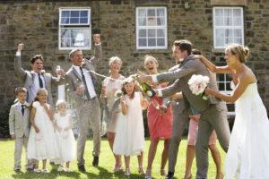 Hochzeitsgäste-feiern-das-Brautpaar